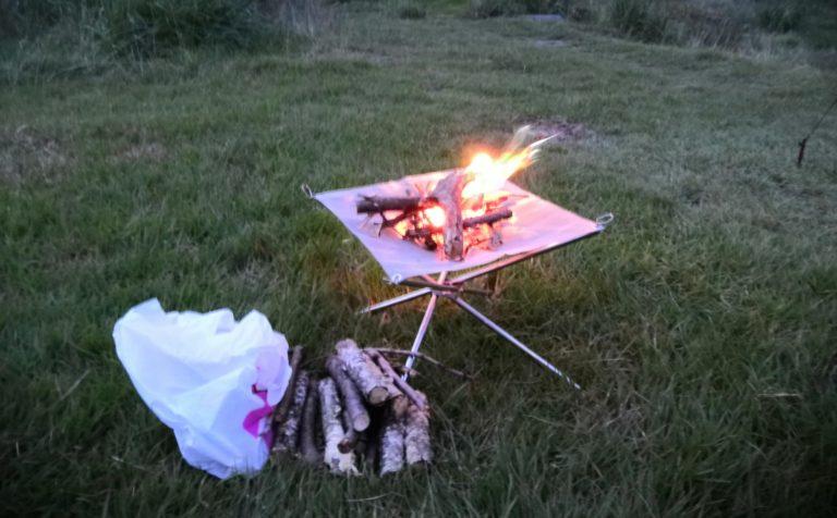 焚き火と薪