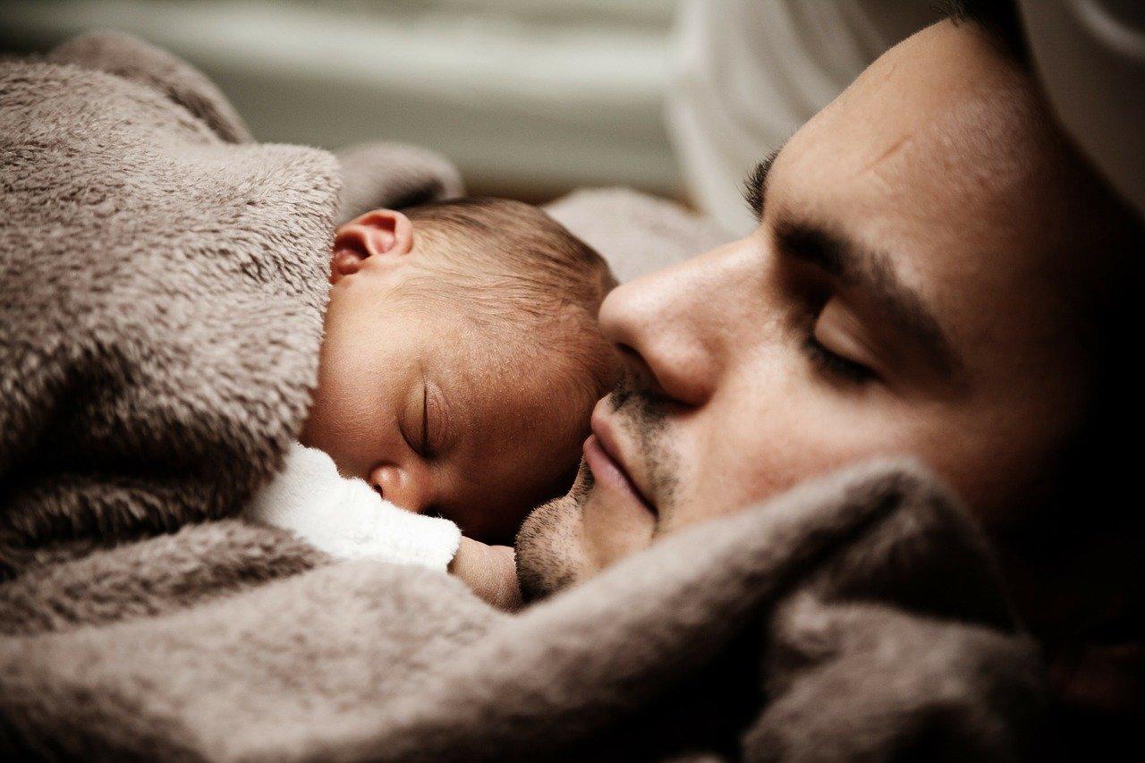 親子の寝ている写真